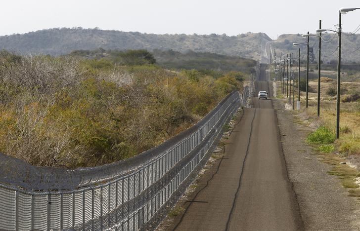 The frontier road parallels the security fence leading to the Northeast gate at Guantanamo Bay U.S. Naval Base, March 8, 2013.  REUTERS/Bob Strong