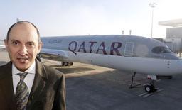 Akbar al Baker, PDG de Qatar Airways, devant le premier A350 livré par Airbus à la compagnie aérienne du Golfe, qui  est son premier client pour ce nouveau long-courrier. /Photo prise le 22 décembre 2014/REUTERS/Régis Duvignau