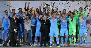 Jogadores do Napoli comemoram conquista da Super Copa da Itália após vitória contra a Juventus em Doha. REUTERS/Fadi Al-Assaad
