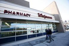 Walgreen, premier distributeur américain de médicaments, s'est inscrit en nette hausse, de près de 3,0%, mardi à Wall Street après la publication d'un bénéfice meilleur que prévu pour le premier trimestre de son exercice, porté par un nombre record de ventes de médicaments sur ordonnance. /Photo d'archives/REUTERS/Mario Anzuon