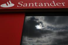 Nubes se ven reflejadas en una sucursal de banco Santander en Sevilla. Imagen de archivo, 10 septiembre, 2014. Santander formalizó su interés en comprar Novo Banco, el sucesor de Banco Espirito Santo, que fue rescatado por el estado portugués en agosto, dijo la filial lusa del banco español en un comunicado.  REUTERS/Marcelo del Pozo