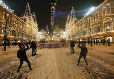 Женщина играет в снежки в центре Москвы 25 декабря 2014 года. Последние выходные года в Москве будут морозными, свидетельствует усреднённый прогноз, составленный на основании данных Гидрометцентра России, сайтов intellicast.com и gismeteo.ru. REUTERS/Sergei Karpukhin