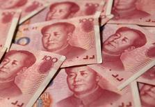 Банкноты по 100 юаней в Пекине 19 сентября 2010 года. Народный банк Китая думает об изменении правил подсчета отношения кредитов к депозитам в банках, что может улучшить ликвидность, сообщили Рейтер источники, знакомые с ситуацией. REUTERS/Petar Kujundzic