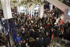 Shoppers enter Macy's to kick off Black Friday sales in New York November 27, 2014. REUTERS/Andrew Kelly