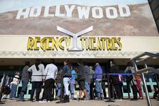 """Fila para o filme """"A Entrevista"""" em sessão de Los Angeles. 25/12/2014.  REUTERS/Kevork Djansezian"""