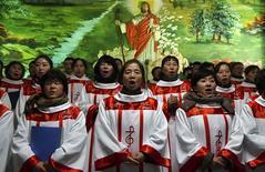 """China va a publicar información de los sitios religiosos legales, dijo la agencia oficial de noticias Xinhua el sábado, aparentemente en un esfuerzo por identificar grupos no autorizados como parte de una operación dirigida a """"erradicar actividades religiosas ilegales"""". En la imagen, un coro cristiano canta en una iglesia de  Shenyang, en Liaoning, China, el 25 de diciembre de 2014. REUTERS/Stringer"""