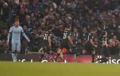 """Игроки """"Бёрнли"""" радуются голу, забитому в ворота """"Манчестер Сити"""" в Манчестере 28 декабря 2014 года. """"Манчестер Сити"""" не сумел воспользоваться осечкой """"Челси"""" и сократить отставание от лидера до минимума, также сыграв вничью в 19-м туре английской Премьер-Лиги. REUTERS/Phil Noble"""
