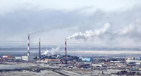Вид на медный завод в Норильске 16 апреля 2010 года. ВВП России в ноябре впервые с октября 2009 года перешел в отрицательную область, снизившись на 0,5 процента к соответствующему периоду прошлого года, сообщило Минэкономразвития. REUTERS/Ilya Naymushin