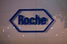 El logo de la farmacéutica suiza Roche visto en su sede en Shanghái. Imagen de archivo, 22 mayo, 2014.  Roche Holding AG dijo que los reguladores de salud de Estados Unidos aprobaron su prueba de ébola para uso de emergencia en respuesta al peor brote del virus que azota África Occidental. REUTERS/Aly Song