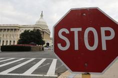 Дорожный знак у здания Капитолия в Вашингтоне 1 октября 2013 года. США ввели в понедельник санкции в отношении еще четырех россиян, подозреваемых в нарушении прав человека, включая двух чиновников, участвовавших в процессе над умершим в московской тюрьме юристом Сергеем Магнитским. REUTERS/Larry Downing