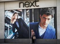 Le groupe britannique d'habillement Next a fait état mardi d'une hausse de 2,9% de ses ventes entre la fin octobre et Noël, un chiffre proche du haut de la fourchette de prévisions, et il a revu en hausse son objectif de croissance du bénéfice annuel. /Photo prise le 30 septembre 2014/REUTERS/Andrew Winning