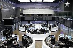 Трейдеры на торгах фондовой биржи во Франкфурте-на-Майне 23 декабря 2014 года. Европейские фондовые рынки снижаются во вторник под предводительством энергетических компаний, так как нефть Brent рухнула до нового 5,5-летнего минимума на фоне опасений об избыточных поставках. REUTERS/Remote/Pawel Kopczynski
