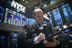 Operadores trabajando en la bolsa de Wall Street en Nueva York, dic 29 2014. Las acciones en Estados Unidos bajaban levemente el martes en la apertura de la Bolsa de Nueva York, con lo que los principales índices mantendrían la reciente tendencia de fluctuaciones leves y de bajo volumen en el penúltimo día de operaciones del año   REUTERS/Carlo Allegri