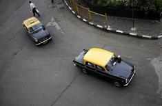 Táxis circulam em Mumbai, na Índia. 2/12/2012. REUTERS/Vivek Prakash