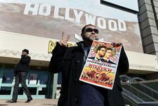 "Rubin Carias segura pôster de filme ""A Entrevista"" em Los Angeles. 25/12/2014 REUTERS/Kevork Djansezian"