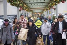La confiance du consommateur américain s'est améliorée en décembre, stimulée par une situation du marché de l'emploi qui a porté le sentiment vis-à-vis de la conjoncture économique à un niveau que l'on n'avait plus vu depuis février 2008. /Photo prise le 6 décembre 2014/REUTERS/Mark Makela