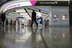 """Selon deux sources proches du dossier, la famille Benetton est disposée à réduire de moitié sa participation de 50% dans World Duty Free afin de rendre le spécialiste du """"travel retail"""" plus attractif pour un partenaire potentiel. /Photo prise le 4 juin 2014/REUTERS/Neil Hall"""