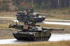 Soldados norte-americanos participam de um exercício militar junto a forças aliadas da Otan em Grafenwoehr, na Alemanha, em novembro. 18/11/2014 REUTERS/Michael Dalder
