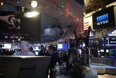 Трейдеры на фондовой бирже в Нью-Йорке 30 декабря 2014 года. Американские акции снизились во вторник, так как инвесторы фиксировали прибыль после того, как индексы достигли рекордных максимумов. REUTERS/Carlo Allegri