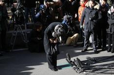 La fille du PDG de Korean Air, Heather Cho, 40 ans, qui avait provoqué l'indignation en Corée du Sud en faisant un esclandre à bord d'un avion qui se préparait au décollage sur les pistes de l'aéroport John F. Kennedy de New York, le 5 décembre, parce qu'on lui avait servi des noix de macadamia dans un sachet plutôt que dans une assiette, a été arrêtée. Elle pourrait être détenue jusqu'à 20 jours avant d'être inculpée. /Photo prise le 17 décembre 2014/REUTERS/Kim Hong-Ji