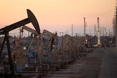 Unidades de bombeo de crudo de Oxy operando cerca de Long Beach, EEUU, jlu 30 2013. Los inventarios de petróleo en Estados Unidos cayeron más de lo esperado la semana pasada debido a que las refinerías aumentaron sus niveles de procesamiento, mientras que los de gasolina y destilados subieron, mostró el miércoles un informe de la Administración de Información de Energía. REUTERS/David McNew