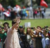 Presidente Dilma Rousseff acena para multidão presente para a cerimônia de posse para seu segundo mandato antes de chegar ao Congresso.