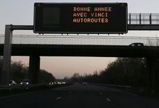 Vinci est une des valeurs à suivre vendredi à la Bourse de Paris pour la première séance de l'année 2015, après l'annonce par Manuel Valls qu'un groupe de travail examinera à partir de ce mois-ci l'hypothèse d'une renégociation ou d'une résiliation des concessions d'autoroutes en France au 1er janvier 2017 /Photo prise le 31 décembre 2014/REUTERS/Régis Duvignau