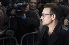Bono, líder de la banda irlandesa U2, llega a la grabación de un single en Londres. Imagen de archivo, 15 noviembre, 2014. Bono, quien tuvo un accidente de bicicleta el año pasado, dijo el viernes que la recuperación no ha sido fácil y que quizás nunca pueda volver a tocar la guitarra.    REUTERS/Neil Hall