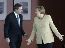 Tous les regards sont tournés vers l'Allemagne au moment où la Banque centrale européenne s'apprête à lancer un programme massif d'achat de dettes d'Etat en faisant fonctionner la planche à billets dans l'espoir de ranimer une économie européenne au point mort. La chancelière Angela Merkel validera-t-elle l'initiative du président de la BCE, Mario Draghi, comme elle l'avait fait en août 2012 ? /Photo d'archives/REUTERS/Fabrizio Bensch