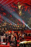 El cantante italiano Pino Daniele en el concierto tradicional de Navidad en el Vaticano. Imagen de archivo, 18 de diciembre de 2004. Pino Daniele, uno de los cantautores más populares de Italia, que fusionó las tradiciones musicales de su Nápoles natal con el jazz y el blues, murió de un infarto a los 59 años, dijo el lunes su agente.   REUTERS/Giampiero Sposito