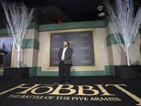 """El escritor, productor y director Peter Jackson, posa durante la premiere de El Hobbit en Hollywood. Imagen de archivo, 9 diciembre, 2014. La última de las tres películas de """"El Hobbit"""" de Peter Jackson anotó su tercer fin de semana consecutivo en la cima de la taquilla estadounidense y canadiense, vendiendo boletos por un valor estimado de 21,9 millones de dólares. REUTERS/Mario Anzuoni"""