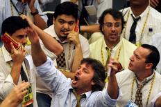 Operadores en la Bolsa de Valores de Sao Paulo, dic 2 2008. Las fusiones y adquisiciones en Brasil deben acelerarse en los próximos meses porque la depreciación de la moneda y los menores precios de los activos llevaron a firmas extranjeras y a fondos de inversión a gastar 33.100 millones de dólares en compras en el último trimestre en la mayor economía de América Latina.  REUTERS/Paulo Whitaker