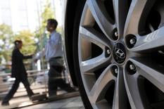 Hyundai Motor Group, qui détient 57 filiales dont Hyundai Motor et Kia Motors, a annoncé mardi son intention de dépenser 80.700 milliards de wons (61,6 milliards d'euros) au cours des quatre prochaines années pour accroître ses capacités de production, construire un nouveau siège et développer de nouveaux véhicules. /Photo d'archives/REUTERS/Kim Hong-Ji