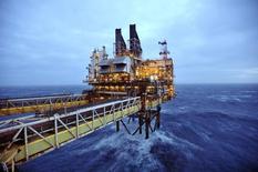 Los precios bajos del petróleo podrían amenazar a los ingresos de empresas de exploración y producción de crudo y no existe un catalizador para mover el equilibrio de oferta-demanda en el corto plazo, dijo Moody's Investors Service en un informe emitido el martes. Imagen de una plataforma de BP en el Mar del Norte, unas 100 millas al este de Aberdeen en Escocia, el 24 de febrero de 2014.  REUTERS/Andy Buchanan/pool