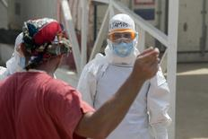 Profissional de saúde estrangeiro espera paciente com Ebola em unidade de tratamento da entidade britânica Save the Children em Freetown, Serra Leoa. 29/12/2014 REUTERS/Baz Ratner
