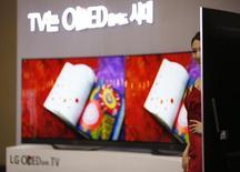 Téléviseur LG Electornics à écran OLED incurvé. LG Display prévoit d'accroître sa production de dalles pour téléviseurs équipés d'écrans OLED, le groupe sud-coréen voyant un potentiel de croissance dans cette technologie délaissée par ses concurrents qui la jugent encore trop coûteuse. /Photo d'archives/REUTERS/Kim Hong-Ji