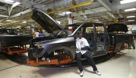 Un empleado ensambla el interior de una camioneta Ram 1500 en la planta de Chrysler en Warren, EEUU, sep 25 2014. El crecimiento del sector servicios de Estados Unidos se desaceleró más de lo esperado en diciembre, mientras que los nuevos pedidos de bienes a las fábricas cayeron en noviembre por cuarto mes consecutivo, en señales de que la economía perdió cierto ímpetu en el cuarto trimestre.  REUTERS/Rebecca Cook
