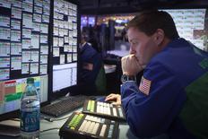 Un operador trabajando en la bolsa de Wall Street en Nueva York, ene 5 2015. La bolsa de Nueva York operaba estable el martes, un día después de sufrir su peor declive desde inicios de octubre y tras datos recientes que mostraron que el impulso de la economía estadounidense se ha desacelerado.      REUTERS/Carlo Allegri