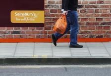 Les performances commerciales de Sainsbury's ressortent supérieures aux attentes pour son troisième trimestre 2014-2015, ce qui n'a pas empêché le troisième distributeur britannique de prédire une fin d'exercice difficile. Le groupe a enregistré un repli de 1,7% de ses ventes, hors essence, dans ses magasins ouverts depuis au moins un an sur les 14 semaines au 3 janvier. /Photo d'archives/REUTERS/Luke MacGregor
