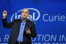 Le directeur général d'Intel Brian Krzanicha  a présenté mardi soir au Consumer Electronics Show (CES) de Las Vegas, le plus important salon de l'électronique grand public, un ordinateur encapsulé dans un bouton de veste et un bracelet capable de se transformer en drone miniature capable de prendre des photos. /Photo prise le 6 janvier 2015/REUTERS/Rick Wilking