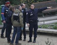 Oficiales de policía inspeccionan la escena de un tiroteo en las oficinas de Charlie Hebdo en París, 7 enero, 2015. Al menos 10 personas murieron el miércoles en un tiroteo en las oficinas del periódico satírico Charlie Hebdo, una publicación que en el pasado sufrió ataques incendiarios después de difundir en el 2011 caricaturas burlándose de líderes musulmanes, reportó el canal de televisión francés iTELE. REUTERS/Christian Hartmann