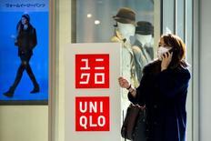 Fast Retailing affiche un bénéfice d'exploitation en hausse plus marquée que prévu, soutenu par l'augmentation des prix au Japon et de solides ventes à l'étranger portées par sa marque vedette Uniqlo. /Photo prise le 8 janvier 2014/REUTERS/Thomas Peter