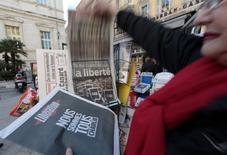 Mulher olha capas de jornais em banca de Nice, na França. 08/01/2015  REUTERS/Eric Gaillard