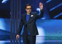 Robert Downey Jr. acepta el premio por la estrella de cine favorita de la gente durante los People's Choice Awards en Los Angeles, 7 enero, 2015.  La gente ha hablado y los superhéroes siguen reinando entre las películas, ya que Capitán América, Iron Man y Batman estuvieron el miércoles entre los principales ganadores de los premios People's Choice.  REUTERS/Mario Anzuoni