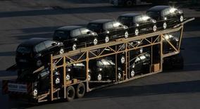 Vehículos nuevos son transportados en un camión en Sao Bernardo do Campo.  Imagen de archivo, 29 abril, 2014. La producción de automóviles en Brasil cayó un 23,1 por ciento en diciembre frente a noviembre, dijo el jueves la Asociación Nacional de Fabricantes de Vehículos Automotores de Brasil, Anfavea. REUTERS/Paulo Whitaker