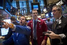 La Bourse de New York a ouvert en nette hausse jeudi à la faveur de nouveaux signes de solidité de l'économie américaine, dont un recul des inscriptions hebdomadaires au chômage. Dans les premiers échanges, le Dow Jones gagne 1,11%, à 17.779,74. /Photo prise le 7 janvier 2015/REUTERS/Brendan McDermid