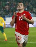 Xherdan Shaqiri, da Suíça, comemora gol marcado contra a Lituânia pelas eliminatórias da Eurocopa em St Gallen. 15/11/2014 REUTERS/Arnd Wiegmann
