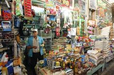 Un vendedor en su tienda en un mercado en Macas, Ecuador, nov 5 2014. Ecuador cerró el 2014 con una tasa de inflación del 3,67 por ciento, superior al 2,70 por ciento registrado el año previo, informó el jueves la agencia oficial de estadística.  REUTERS/Guillermo Granja