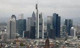 Vista de los rascacielos del distrito financiero de Frankfurt. Imagen de archivo, 14 octubre, 2014. Las exportaciones alemanas cayeron de forma abrupta en noviembre y la producción industrial también bajó, lo que sugiere que la mayor economía de Europa acabó el 2014 en un tono débil. REUTERS/Ralph Orlowski