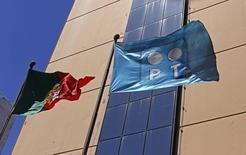 Bandeira da Portugal Telecom no prédio-sede da empresa em Lisboa. REUTERS/Hugo Correia (PORTUGAL - Tags: BUSINESS TELECOMS)